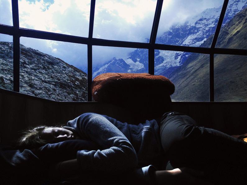 Eine hübsche junge Frau, beim Trekking auf dem Salkantay Trail nach Machu Picchu, schläft in einer wunderbaren Unterkunft mit einer fantastischen Aussicht auf die peruanischen Berge │ Trekking auf dem Salkantay Trail nach Machu Picchu in Peru │ Die besten Tipps und Tricks, um auf Reisen felsenfest zu schlafen und einen erholsamen Schlaf zu bekommen │ Standort: Salkantay Trail nach Machu Picchu, Peru, Südamerika, Amerika │ Abenteuer Reiseblog │ Reise- und Outdoor Ausrüstung │ Besser schlafen auf Reisen