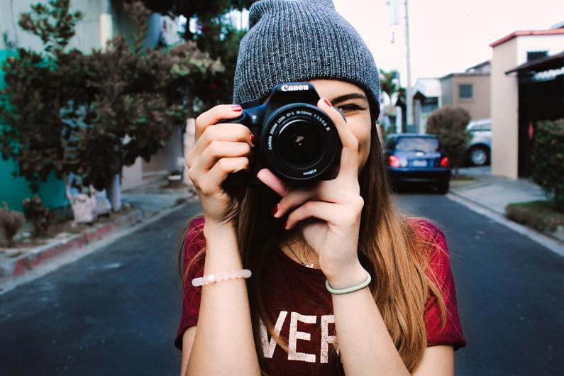 Eine hübsche junge Fotografin, bei einer Backpacking Reise nach Zentralamerika, steht in El Salvador auf der Straße und macht mit ihrer Canon APS-C Kamera und dem Canon EF-S 18-55mm f/3.5-5.6 IS STM wunderbare Urlaubsfotos und Urlaubsvideos │ Fotografie und Videografie │ Fotos und Videos aufnehmen in El Salvador, Zentralamerika │ Informationen zum Canon EF-S APS-C Kamerasystem, inklusive Kamera, Objektive, Adapter und Reiseset Empfehlungen │ Standort: El Salvador, Zentralamerika, Amerika │ Abenteuer Reiseblog │ Reise- und Outdoor Ausrüstung │ Canon EF-S APS-C Kamera-System und Reise-Set