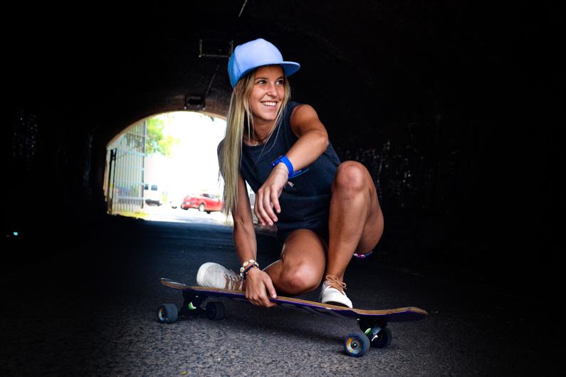 Eine sportliche junge Frau fährt mit ihren Longboard durch einen Tunnel und hat mächtig Spaß dabei │ Traumurlaub-Sport │ Das beste Deodorant zum Reisen und für Outdoor Abenteuer │ Abenteuer Reiseblog │ Reise- und Outdoor Ausrüstung │ Deodorant zum selber mischen