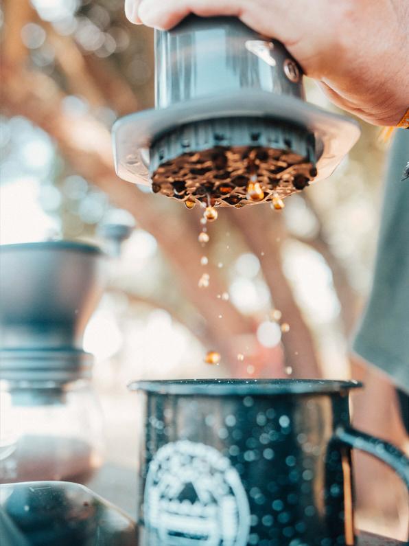 Blick auf einen AeroPress Coffee Maker, aus dem leckerer Kaffee in einen hübschen Kaffeebecher fließt. │ Camping / Zelten in der Natur │ Die perfekten Kaffeekocher und Kaffeemühlen für Trekking, Camping und Roadtrip Abenteuer und Reisen │ Abenteuer Reiseblog │ Reise- und Outdoor Ausrüstung │ Die besten Kaffeekocher und Kaffeemühlen für Reisen und Outdoor Abenteuer