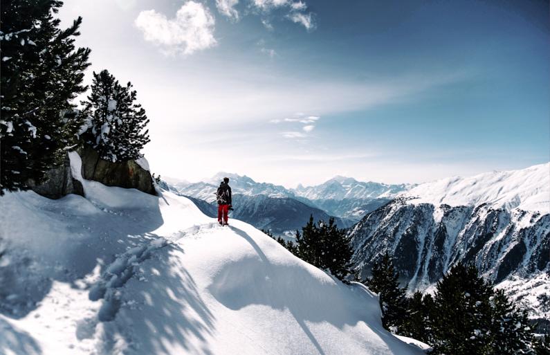Ein sportlicher junger Wanderer, bei einer Traumreise in die Schweiz, steht in seiner warmen und wasserdichten Outdoor Kleidung am Aletsch Gletscher in der Schweiz und genießt eine atemberaubend schöne Aussicht auf die Berge │ Wandern am Aletsch Gletscher in der Schweiz │ Kaufberatung einer Jacke zum Reisen und für Outdoor Abenteuer │ Standort: Aletsch Gletscher, Fieschertal, Schweiz, Europa │ Abenteuer Reiseblog │ Reise- und Outdoor Ausrüstung │ Die perfekte Jacke