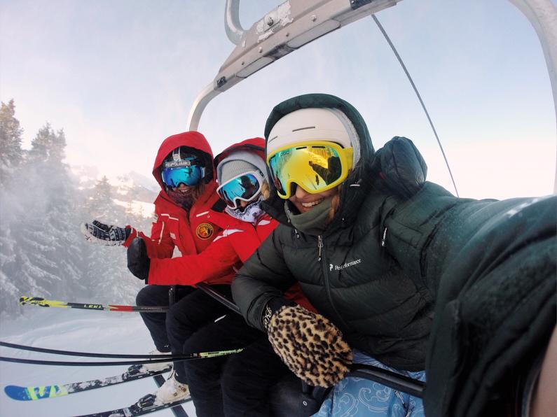 Eine lustige Truppe von Skifahrern, im Wintersporturlaub in Italien, befindet sich auf einem Skilift in Pila und macht ein Selfie miteinander │ Wintersportreise nach Pila, Italien │ Kaufberatung einer Jacke zum Reisen und für Outdoor Abenteuer │ Standort: Pila, Italien, Europa │ Abenteuer Reiseblog │ Reise- und Outdoor Ausrüstung │ Die perfekte Jacke