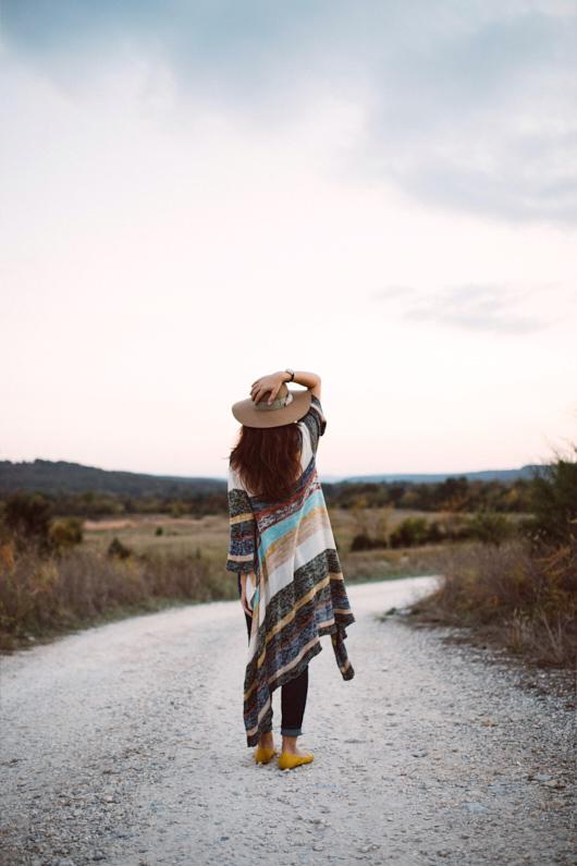 Eine hübsche junge Frau, bei einem Traumurlaub in den USA, genießt in Arkansas die wundervolle Natur – Sie trägt einen langen hübschen Cardigan, einen schicken beigen Hut, eine lange blaue Hose und gelbe Ballerinas │ Traumurlaub in Arkansas, USA │ Die besten Kleider, Röcke und Cardigans zum Reisen und für Outdoor Abenteuer │ Standort: Arkansas, USA, Nordamerika, Amerika │ Abenteuer Reiseblog │ Reise- und Outdoor Ausrüstung │ Kleider, Röcke und Cardigans