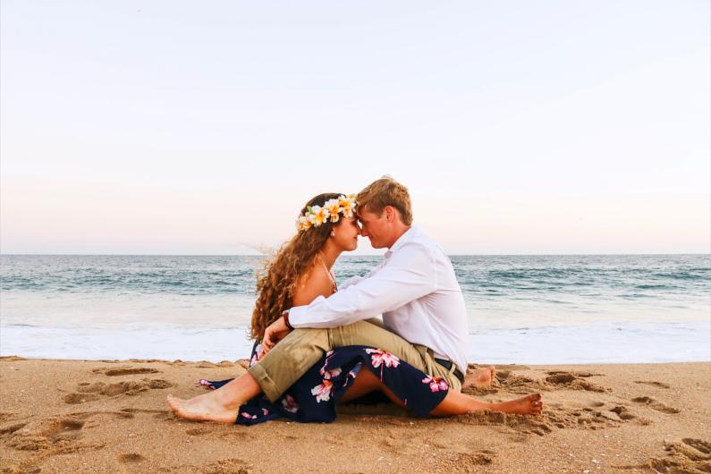 Die Liebe finden auf Reisen – ein Leibespaar sitzt zusammen am wunderschönen Strand von Newport Beach in Kalifornien │ Traumreise nach Newport Beach in Kalifornien │ Erfülle dir deine Lebensträume │ Standort: Newport Beach, Kalifornien, USA, Nordamerika, Amerika │ Abenteuer Reiseblog │ Reiseanleitung │ Lebe deine Träume