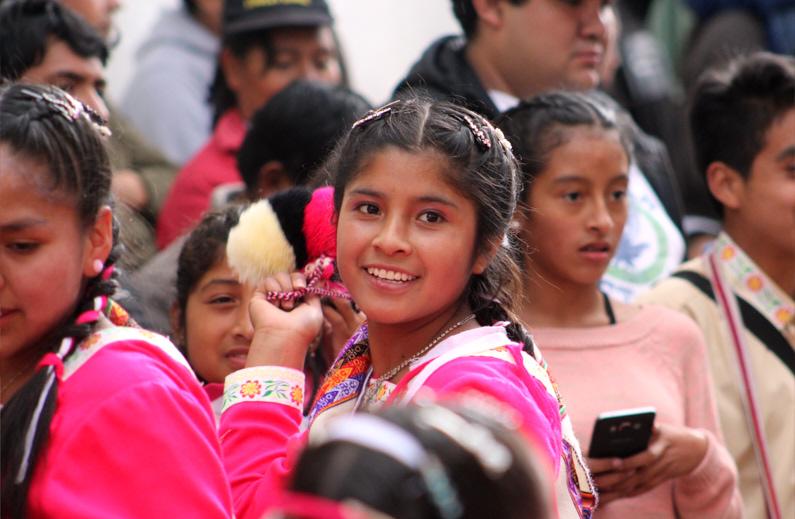 Blick auf ein junges peruanisches Mädchen in einer wunderschönen Tracht │ Traumreise nach Cajamarca in Peru │ Kleidungsregeln (Dresscodes) einzelner Kulturen, Länder und auf Kreuzfahrten │ Standort: Cajamarca, Peru, Südamerika, Amerika │ Abenteuer Reiseblog │ Reise- und Outdoor Ausrüstung │ Reise Kleiderknigge – Der korrekte Dresscode auf Reisen