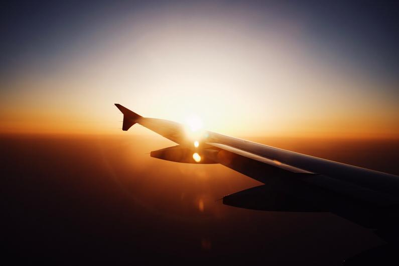 Aussicht auf einen Sonnenuntergang am Horizont, aus einem Flugzeug heraus. │ Flugreise │ Handgepäcksreisen │ Abenteuer Reiseblog │ Reise- und Outdoor Ausrüstung │ Reisen mit Handgepäck